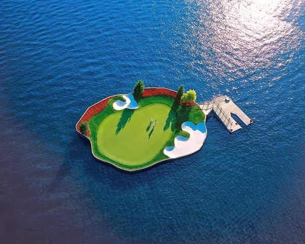 a-floating-golf-course-in-coeur-dalene-that-moves-1