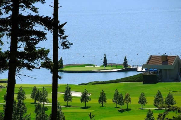 a-floating-golf-course-in-coeur-dalene-that-moves-3