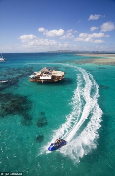 floating pizzeria a slice of paradise - Cloud9 - Fiji